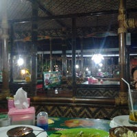 Photo taken at Rumah Makan Prima spesial kepiting Comal by Endangwidy on 6/16/2013