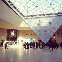 Foto tirada no(a) Pyramide Inversée du Carrousel por Hungju L. em 11/11/2013