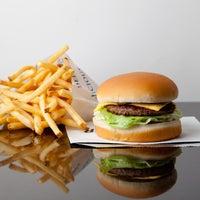 1/29/2014 tarihinde Lettuce Entertain Youziyaretçi tarafından M Burger'de çekilen fotoğraf