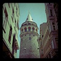 Foto tomada en Torre de Gálata por Burçin volkan Y. el 5/31/2013