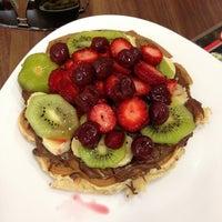 4/10/2013 tarihinde Annushka A.ziyaretçi tarafından Ab'bas Waffle & Cafe'de çekilen fotoğraf