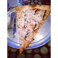 7/19/2014 tarihinde Angie H.ziyaretçi tarafından Serious Pizza'de çekilen fotoğraf
