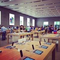 Das Foto wurde bei Apple Kurfürstendamm von Loulou G. am 7/21/2013 aufgenommen