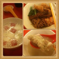 Photo taken at Pontian Wanton Noodles (笨珍云吞面) by Kelvin C. on 9/23/2012
