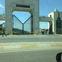 Das Foto wurde bei Üniversite Meydanı von Ahmet A. am 6/1/2013 aufgenommen