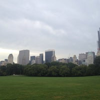 Foto tirada no(a) Sheep Meadow por Sinan A. em 8/18/2013