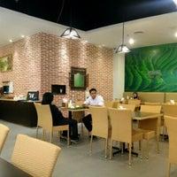 Photo taken at Ayam dan Ikan Goreng Cianjur by Harry H. on 11/12/2012