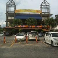 Photo taken at Restoran Sate Kajang Haji Samuri by Jali N. on 6/1/2013