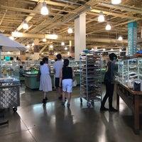 Das Foto wurde bei Whole Foods Roof Patio von Yoshi T. am 7/29/2018 aufgenommen