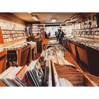 Das Foto wurde bei Waxwell Records von Lizzy L. am 8/19/2015 aufgenommen