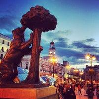 Foto tomada en Puerta del Sol por Lizzy L. el 5/20/2013