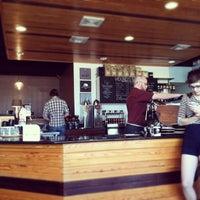 Das Foto wurde bei Houndstooth Coffee von Judy T. am 3/18/2013 aufgenommen