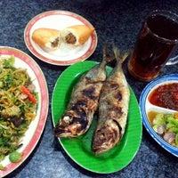 Foto diambil di Restoran Ikan Tude Manado oleh Sabien Mirary S. pada 5/17/2013