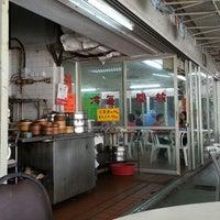Photo taken at Shun Fat Restaurant 順發酒家 by Nek O. on 9/28/2013