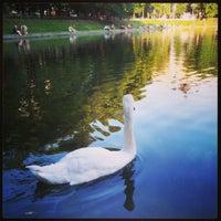 Foto tirada no(a) Patriarshiye Ponds por Oleg P. em 7/10/2013