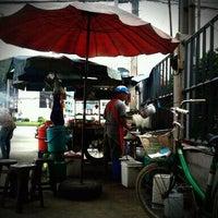 Photo taken at ส้มตำป้าอ้อมใหญ่ by terry z. on 9/20/2011