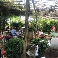 Foto scattata a Petersham Nurseries Cafe da Franziska B. il 6/15/2018