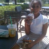 Foto tirada no(a) Starbucks por Yolanda Lonnie B. em 8/12/2013