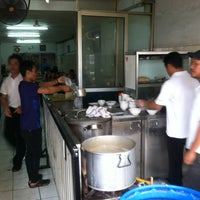 Photo taken at Bakmi Alok cab Kemakmuran by 杨翼 on 7/9/2014