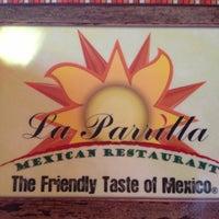 Foto tomada en La Parrilla Mexican Restaurant por Mike C. el 11/25/2012