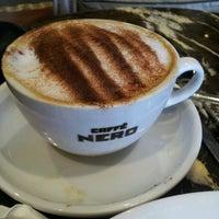 รูปภาพถ่ายที่ Caffè Nero โดย Michael D. เมื่อ 6/20/2014