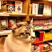 รูปภาพถ่ายที่ Books Actually โดย Wynn เมื่อ 4/19/2013