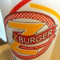 2/9/2013 tarihinde Zach L.ziyaretçi tarafından Z Burger'de çekilen fotoğraf