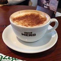 3/29/2014 tarihinde AySeGUL Y.ziyaretçi tarafından Caffé Nero'de çekilen fotoğraf