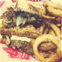 Foto tomada en Freddy's Frozen Custard & Steakburgers por marshall w. el 4/10/2013