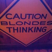 รูปภาพถ่ายที่ Hooters โดย Lori P. เมื่อ 9/16/2012
