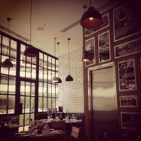 11/22/2013 tarihinde Banu O.ziyaretçi tarafından Tom's Kitchen'de çekilen fotoğraf