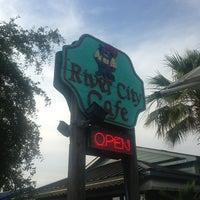 รูปภาพถ่ายที่ River City Cafe โดย Shon C. เมื่อ 6/8/2013