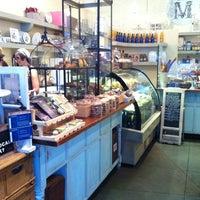 Foto tomada en Cafe M por Stephanie L. el 9/16/2012