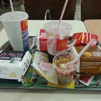 รูปภาพถ่ายที่ McDonald's โดย Leandro M. เมื่อ 2/21/2013