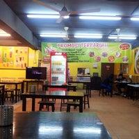 Photo taken at Restoran Ayam Penyet Jawa by Nur Hanisah K. on 1/25/2013