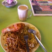 Photo taken at Nasi Lemak Kapar (NLK Bistro) by Erfian Febi H. on 11/25/2012