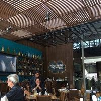 Foto tomada en La Ocho Restaurante por Jorge L. el 4/4/2014