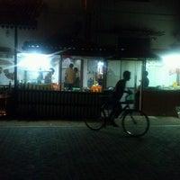 Снимок сделан в Indian Hut пользователем Ajith W. 4/16/2013