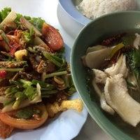 Photo taken at ต้มยำหัวปลา ผู้ใหญ่ by jissyfearsatan on 2/21/2014