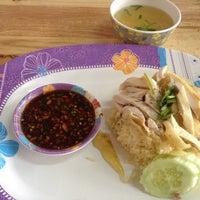 รูปภาพถ่ายที่ เกี๊ยวปลา (นิคม) โดย Poranin เมื่อ 8/1/2013