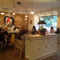 Снимок сделан в Кофейный дом LONDON пользователем Ludmila K. 7/23/2013
