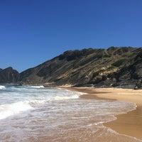 Foto tirada no(a) Praia da Amoreira por Rogério K. em 7/9/2014