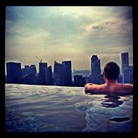 Das Foto wurde bei Rooftop Infinity Pool von Andrzej W. am 10/20/2012 aufgenommen