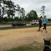 รูปภาพถ่ายที่ Memorial Park Stretching Area โดย Tony L. เมื่อ 4/26/2014