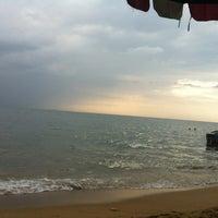 Photo taken at Jomtien Beach by PU®IKU™ on 10/23/2012