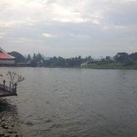 Photo taken at แพอาหารริมน้ำ คุณอี๊ด by sui e. on 11/27/2012