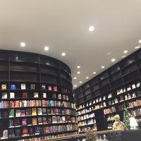 Foto tirada no(a) Livraria da Vila por Esther A. em 11/25/2017