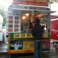 Foto tomada en Noodle House Food Cart por Kaitlyn el 10/23/2012
