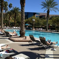 Foto scattata a MGM Grand Pool da Dan V. il 2/28/2013