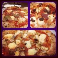 10/9/2012 tarihinde Angela T.ziyaretçi tarafından Pizzeria O' Vesuvio Napoletana Forno Legna'de çekilen fotoğraf